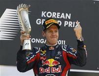 Sebastian Vettel, da Red Bull, segura troféu no pódio após vencer o Grande Prêmio da Coreia, no circuito em Yeongam. A Red Bull celebrou um novo ápice na Fórmula 1 no circuito sul-coreano, neste domingo, mesmo circuito no qual ficou marcado o ponto mais baixo da equipe na temporada há um ano. 16/10/2011 REUTERS/Jo Yong-hak