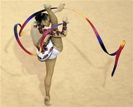 Angelica Kvieczynski compete no individual geral da ginástica rítmica nos Jogos Pan-Americanos de Guadalajara, no México. A brasileira conquistou a medalha de bronze no  neste sábado. 30/10/2011 REUTERS/Lucy Nicholson