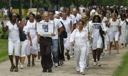 The Ladies in White, a group of family members of imprisoned dissidents, walk during a protest march in homage to Laura Pollan along the main avenue of the upscale Havana district of Miramar in Havana October 16, 2011. REUTERS/Enrique De La Osa