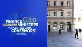 Вывеска, анонсирующая встречу министров финансов и глав центробанков G20, в Париже 14 октября 2011 года. Крупнейшие экономики мира призвали Европу оставить нерешительность и в течение недели согласовать план выхода из долгового кризиса, угрожающего мировой экономике. REUTERS/Charles Platiau