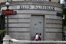Люди проходят мимо здания банка BNP Paribas в Париже, 23 июля 2010 года. Агентство Standard & Poor's сократило рейтинг французского банка BNP Paribas в рамках пересмотра рейтингов банковского сектора страны. REUTERS/John Schults