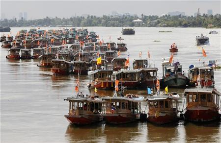 Ships start their engines and use their propellers to speed up water flow in Chao Phraya River, Nonthaburi province, on the outskirts of Bangkok October 16, 2011. REUTERS/Chaiwat Subprasom