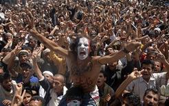 Антиправительственные демонстранты выкрикивают лозунги на акции с требованием отставки президента Йемена Али Абдуллы Салеха в Сане 16 октября 2011. Выходные принесли еще два десятка жертв в охваченном насилием Йемене, чей не желающий покидать пост президент надеется на вето России и Китая в Совбезе ООН, готовящемся обсудить меры для прекращения его правления. REUTERS/Mohamed al-Sayaghi