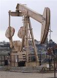 Нефтяная вышка в Лос-Анджелесе, 6 мая 2008 года. Цены на нефть стали снижаться в понедельник после заявлений Минфина Германии о том, что Европа не сможет найти выход из долгового кризиса к саммиту Евросоюза через неделю.  REUTERS/Hector Mata