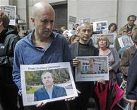 Побывавший в заложниках репортер Би-би-си Алан Джонстон участвует в акции солидарности с осужденным таджикским коллегой в штаб-квартире вещательной корпорации в Лондоне 22 июня 2011. ОБСЕ призвала Таджикистан оправдать двух осужденных журналистов, один из которых получил свободу по амнистии, а другой был приговорен к крупному штрафу. REUTERS/Luke MacGregor