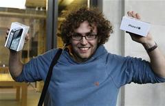 Мужчина выходит из магазина Apple в Лондоне, 14 октября 2011 года. Apple Inc продал 4 миллиона смартфонов iPhone 4S за первых три дня продаж, сообщила компания.  REUTERS/Suzanne Plunkett