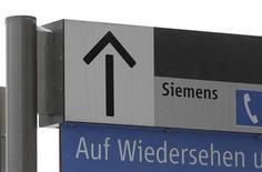 Логотип Siemens около завода компании в Мюнхене, 15 декабря 2010 года. Немецкий машиностроительный концерн Siemens, отказавшись от создания атомного альянса с корпорацией Росатом, тем не менее, обещает России 1 миллиард евро инвестиций за три года в рамках своих проектов. REUTERS/Michaela Rehle