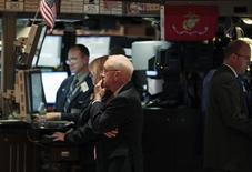Трейдеры Уолл-стрит следят за ходом торгов в Нью-Йорке, 12 октября 2011 года. Уолл-стрит показала в понедельник максимальное снижение за последние две недели после комментариев министра финансов Германии, вызвавших опасения инвесторов о том, что ждать плана по решению долговых проблем еврозоны придется еще долго. REUTERS/Brendan McDermid