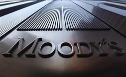 Логотип Moody's на башне Всемирного торгового центра в Нью-Йорке, 2 августа 2011 года. Агентство Moody's в понедельник предупредило, что может понизить прогноз рейтинга Франции до негативного в течение трех месяцев, если помощь банкам и другим странам еврозоны слишком сильно растянут ее бюджет.  REUTERS/Mike Segar