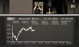 Табло DAX на фондовой бирже во Франкфурте, 14 октября 2011 г.  Европейские акции подешевели более чем на 1 процент в начале торгов вторника на фоне разочаровывающих результатов американских компаний, из-за снижения темпов роста экономики Китая, а также после предупреждения агентства Moody's относительно рейтинга Франции. REUTERS/Amanda Andersen