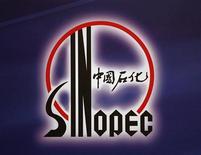 Логотип Sinopec на пресс-конференции в Гонконге, 30 марта 2009 г. Китайская Sinopec обсуждает с крупнейшей российской нефтяной компанией, государственной Роснефтью, совместную добычу нефти в Восточной Сибири, сказал Рейтер представитель Sinopec в России Лян Яньцзи. REUTERS/Bobby Yip