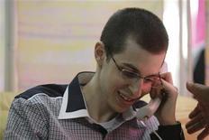 Освобожденный израильский военный Гилад Шалит звонит по телефону семье, 18 октября 2011 года. Израильский военный Гилад Шалит спустя пять лет, проведенных в плену у боевиков из ХАМАС, был передан властям Израиля, сообщили СМИ. REUTERS/IDF/Handout