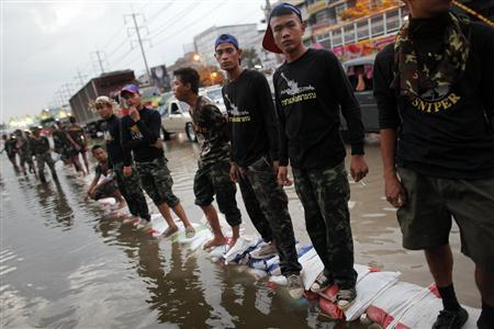 Thai soldiers try to protect the highway as floods advance into Rangsit near Bangkok October 18, 2011.  REUTERS/Damir Sagolj