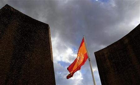 A Spanish flag flutters over the Colon square in central Madrid May 28, 2010.   REUTERS/Andrea Comas