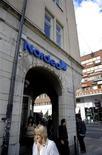 Женщина проходит мимо отделения банка Nordea в Стокгольме, 29 августа 2011 года. Nordea, крупнейший банк северного региона по стоимости, отчитался об операционной прибыли в третьем квартале ниже прогнозов и сообщил, что ожидает 15-процентной доходности капитала в нормальных макроэкономических условиях. REUTERS/Jessica Gow/Scanpix