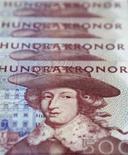 Шведские кроны в Стокгольме 2 февраля 2011 года. Скандинавская телекоммуникационная компания Tele2 объявила о превысившей прогнозы прибыли от основных операций в третьем квартале, отметив, что весомый вклад в общие показатели внес российский рынок, показавший рекордный результат. REUTERS/Bob Strong