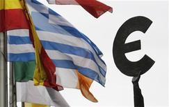 Флаги европейских государств на фоне символа валюты евро в Брюсселе 30 августа 2011 года. Министр финансов Австрии и два высокопоставленных чиновника еврозоны опровергли в среду сообщение газеты Guardian об увеличении объема Европейского фонда финансовой стабильности (EFSF) до более чем 2 триллионов евро. REUTERS/Francois Lenoir