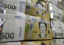 Банкноты по 50 тысяч вон в банке в Сеуле, 13 октября 2010 года. Южная Корея и Япония решили расширить соглашения об обмене валютами более, чем в пять раз, до суммы, эквивалентной $70 миллиардам, заявив, что мощные превентивные договоренности необходимы в условиях нарастающей экономической неопределенности. REUTERS/Lee Jae-Won