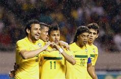 Нападающий сборной Бразилии Неймар (вторйо слева) празднует гол в ворота сборной Коста-Рики вместе с Фредом (слева) и Роналдинью (второй справа) в Сан-Хосе 7 октября 2011 года. Бразильская сборная, пятикратный чемпион мира, поднялась на две строчки в обновленной версии рейтинга ФИФА, завершив нисходящее движение в табели сильнейших национальных команд планеты. REUTERS/Juan Carlos Ulate