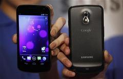 Модели позируют с телефонами Galaxy Nexus на пресс-конференции в Гонконге 19 октября 2011 года. Компания Samsung Electronics представила первый смартфон на базе последней версии операционной системы Google Android, которая сочетает в себе программное обеспечение, используемое в планшетах и смартфонах. REUTERS/Bobby Yip