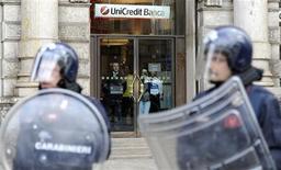 Полицейские около офиса банка UniCredit во время демонстрации в Милане, 14 октября 2011 г. Финансовый отдел итальянской полиции арестовал 245 миллионов евро ($335 миллионов) на счетах UniCredit во вторник в рамках расследования дела о налоговом мошенничестве. REUTERS/Paolo Bona