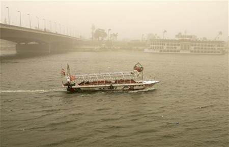 A boat cruises on the Nile River during a massive sandstorm in Cairo April 17, 2007.  REUTERS/Nasser Nuri