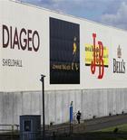 Мужчина проходит мимо завода Diageo Shieldhall в Глазго, 26 авгутса 2010 г. Базовые продажи крупнейшего в мире производителя алкоголя Diageo в первом квартале 2011/2012 финансового года превзошли прогнозы: рост составил 9 процентов, преимущественно благодаря Латинской Америке. REUTERS/David Moir
