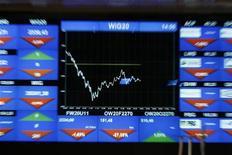 Электронное табло на фондовой бирже в Варшаве, 9 августа 2011 г. Американские фондовые индексы снизились в начале торгов среды после опровержения чиновниками еврозоны новостей о расширении фонда EFSF и из-за слабого отчета компании Apple, несмотря на хорошую статистику о рынке недвижимости. REUTERS/Kacper Pempel