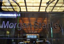 Вход в головной офис Morgan Stanley в Нью-Йорке, 10 декабря 2010 г. Второй инвестиционный банк США Morgan Stanley сообщил о прибыли в $2,15 миллиарда за третий квартал или $1,15 на акцию после убытков в 7 центов на акцию годом ранее.  REUTERS/Shannon Stapleton