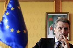 Еврокомиссар по энергетике Гюнтер Ёттингер на пресс-конференции в Алжире, 20 июня 2010 г. Напряженность, возникшая между ЕС и Киевом после приговора экс-премьеру Украины Юлии Тимошенко, не повлияла на стабильность поставок российского газа в Европу, транзит которого осуществляется через территорию Украины, заявил в среду еврокомиссар по энергетике Гюнтер Ёттингер. REUTERS/Zohra Bensemra