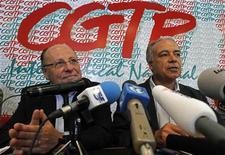 Лидер UGT Жоау Проэнса и президент CGTP Мануэль Карвальо да Сильва на пресс-конференции в Лиссабоне, 17 октября 2011 г. Крупнейший профсоюз Португалии CGTP сообщил о проведении всеобщей забастовки 24 ноября против жестких экономических мер правительства, направленных на сокращение бюджетного дефицита. REUTERS/Jose Manuel Ribeiro