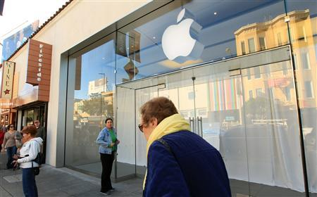 People gather outside the temporarily closed Apple retail store in the Marina District in San Francisco, California October 19, 2011. REUTERS/Robert Galbraith
