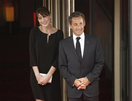 French President Nicolas Sarkozy and his wife Carla Bruni-Sarkozy await arrivals for the leaders' dinner at the G8 Summit in Deauville May 26, 2011.  REUTERS/Kevin Lamarque