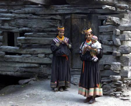 Kalasha women stand outside their house at the Kalash valleys of Rumbur, 350 kilometres north of Peshawar, September 30, 2001.  REUTERS/Zainal Abd Halim/Files