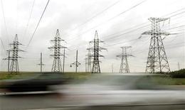Линии электропередач в Минске, 29 июня 2011 года. Российский холдинг ИнтерРАО за счет новых энергоактивов, полученных в обмен на акции этой весной, увеличил EBITDA до 24,4 миллиарда рублей в первой половине 2011 года, превысив прогноз аналитиков.  REUTERS/Vasily Fedosenko