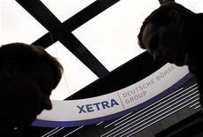 Трейдеры общаются в торговом зале Франкфуртской биржи, 23 мая 2011 года. Европейские акции снижаются во вторник, так как застопорившиеся переговоры между Францией и Германией подорвали надежды на то, что на саммите Евросоюза в воскресенье будет принят план борьбы с кризисом в еврозоне. REUTERS/Alex Domanski