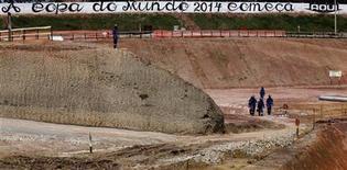 Trabalhadores em local de construção do Estádio do Corinthians em São Paulo, no bairro de Itaquera, 19 de outubro. A Copa do Mundo de 2014 será aberta em São Paulo no dia 12 de junho. 19/10/2011 REUTERS/Nacho Doce