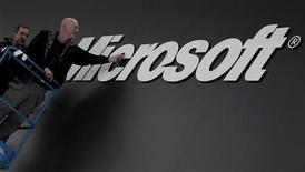 <p>Le bénéfice de Microsoft a augmenté de 6% au titre du premier trimestre de son exercice, grâce aux bonnes ventes des logiciels de la suite Office et à une légère augmentation de celles du système d'exploitation Windows. Le leader mondial du logiciel a fait état d'un bénéfice de 5,74 milliards de dollars. /Photo d'archives/REUTERS/Tobias Schwarz</p>
