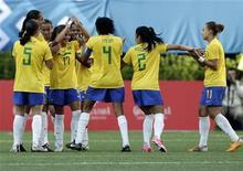 Jogadoras do Brasil comemoram gol contra a  Costa Rica no Pan de Guadalajara.  REUTERS/Henry Romero