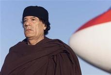 Муаммар Каддафи в аэропорту Замбии, 13 июня 1999 года. Бывший ливийский лидер Муаммар Каддафи был убит в четверг возле своего родного города и последнего бастиона - Сирта, который перешел под контроль новых властей Ливии. REUTERS/Juda Ngwenya