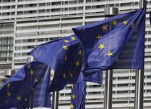 Флаги Евросоюза перед зданием Еврокомиссии в Брюсселе, 30 июня 2010 года. Европейские лидеры обсудят глобальные методы борьбы с кризисом на саммите в воскресенье, но никакое решение не будет принято до второго заседания, которое состоится не позже среды, заявили в четверг Франция и Германия. REUTERS/Thierry Roge