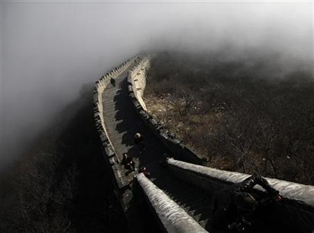 Tourists walk along a section of the Great Wall shrouded in mist at Simatai, located in the outskirts of Beijing December 1, 2010.    REUTERS/Jerry Lampen