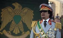 Бывший ливийский диктатор Муаммар Каддафи в Триполи на праздновании 40-летней годовщины его пребывания у власти. Фото от 1 сентября 2009. Любовь Каддафи к роскошным мундирам, будто взятым из гардероба оперетты, стремление окружить себя телохранителями-женщинами и путешествовать с бедуинским шатром создали яркий фон для 42-летней жестокой диктатуры, рухнувшей после восстания, поддержанного авиацией НАТО. REUTERS/Zohra Bensemra