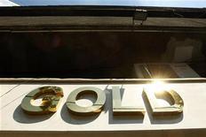 Логотип магазина ювелирнвых изделий из золота в Бухаресте, 19 августа 2011 г. Цена на золото подросла в пятницу, однако по- прежнему находится на пути к максимальному недельному снижению за месяц, так как растущая неопределенность по поводу способности лидеров еврозоны разработать план спасения на саммите в воскресенье скинула котировки до минимумов двух недель. REUTERS/Bogdan Cristel