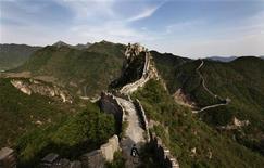 Турист на Великой китайской стене. Фотография сделана 7 мая 2011 года.  Великая китайская стена находится в опасности из-за десятков легальных и нелегальных шахт по добыче полезных ископаемых, окружающих ее, бьют тревогу активисты неправительственной организации Great Wall Society. REUTERS/Jason Lee