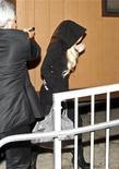 Coberta com um capuz, a atriz Lindsay Lohan chega no necrotério de Los Angeles para fazer serviços comunitários. 21/10/2011 REUTERS/Jason Redmond