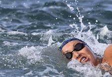 Poliana Okimoto nada a maratona aquática de 10km dos Jogos Pan-Americanos de Guadalajara em Puerto Vallarta. 22/10/2011 REUTERS/Sergio Moraes