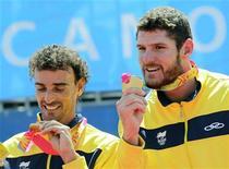 Alisson e Emanuel recebem a medalha de ouro do vôlei de praia dos Jogos Pan-Americanos de Guadalajara, em Puerto Vallarta. 22/10/2011  REUTERS/Desmond Boylan