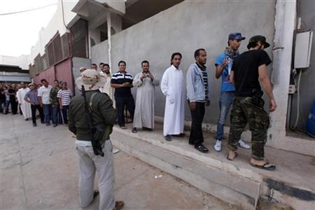 People stand in line to see the body of former Libyan leader Muammar Gaddafi in Misrata October 21, 2011. REUTERS/Saad Shalash