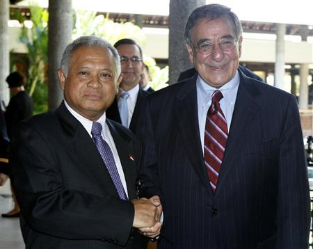 Indonesian Defense Minister Purnomo Yusgiantoro (L) shakes hands with his U.S. Defense Secretary Leon Panetta before their bilateral meeting in Nusa Dua, Bali, October 23, 2011.  REUTERS/Murdani Usman